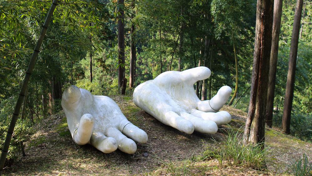 让人惊艳的巨型大手,是知名雕刻家捐赠的作品