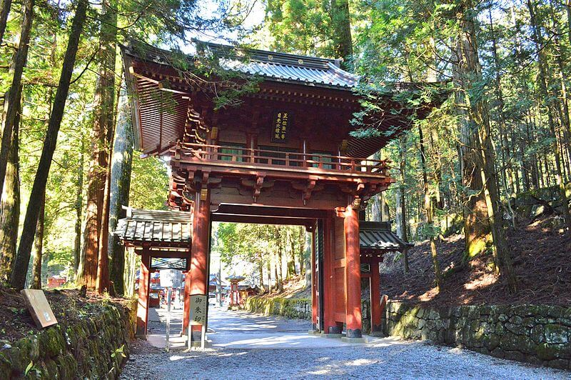800px-Futarasan_Shrine_(Nikko)_roumon