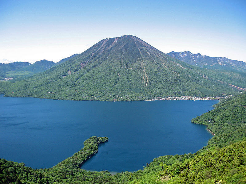 800px-Mount_nantai_and_lake_chuzenji