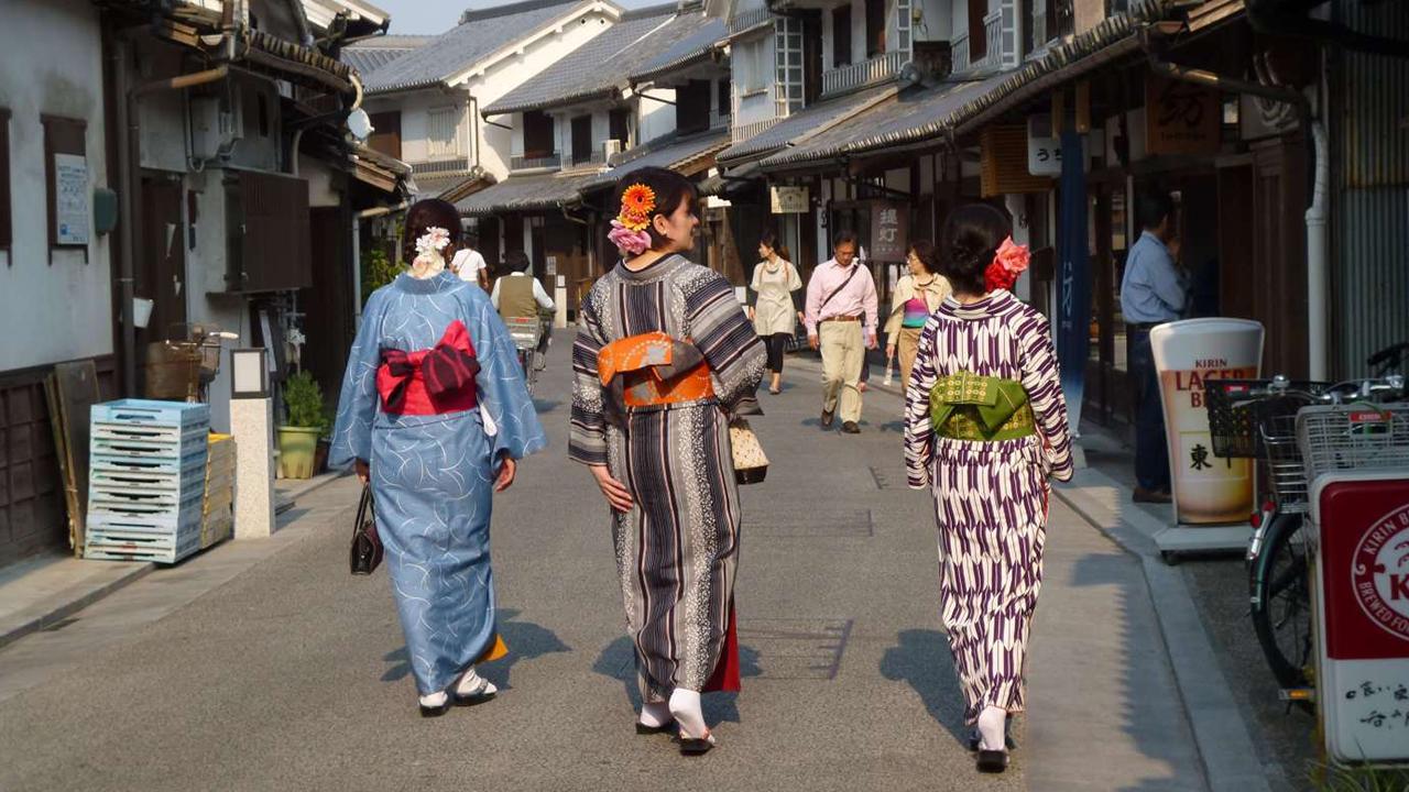 Little Edo Ladies Walking