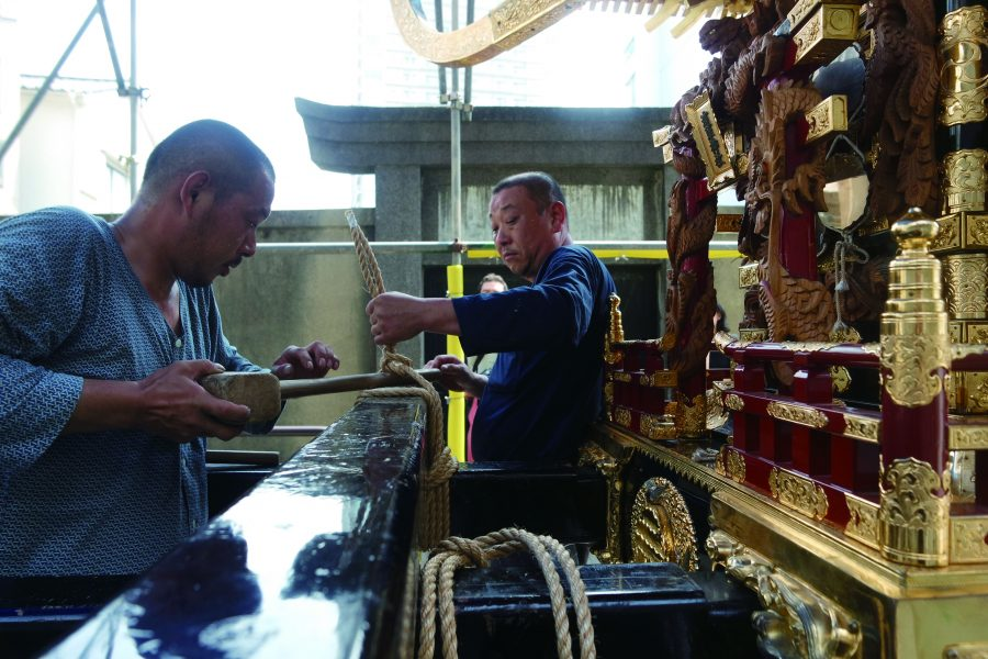 Tying the wooden bars of mikoshi tightly with rope.