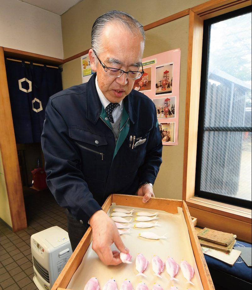 Komatsuya' s owner Takashi Komatsu explain how to make the Hina-matsuri confectionery