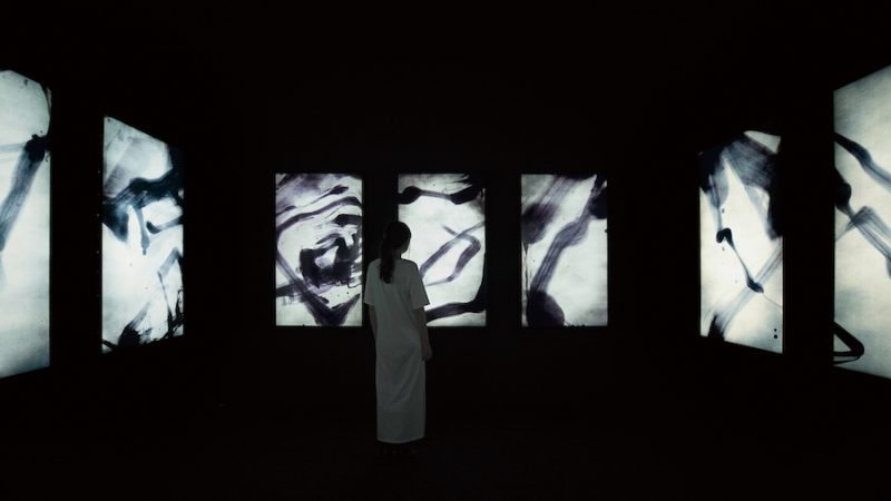 Spatial Calligraphy, Reversible Rotation - Continuous, Divided, Black in White  © teamLab