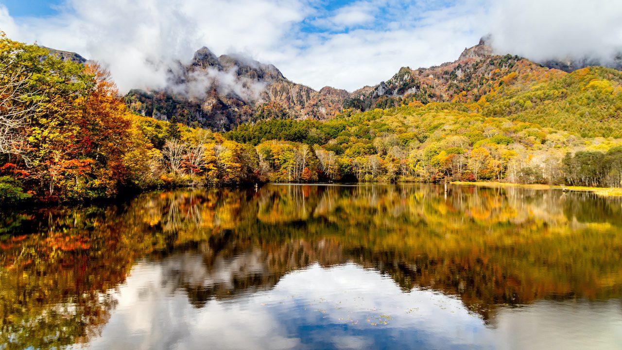nagano-Autumn_leaves_of_Togakushi・Kamike_pond-l